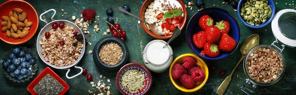 Gesundes Frühstück: Müsli, Beeren mit Jogurt und Samen.